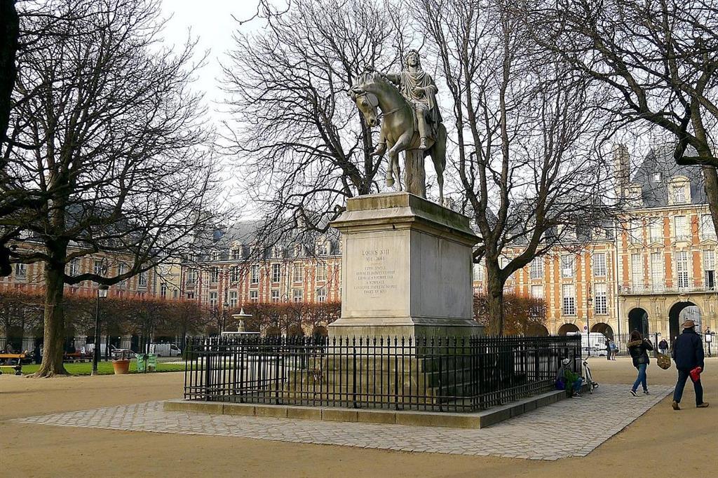 Les secrets de la Place des Vosges - La statue de Louis XIII